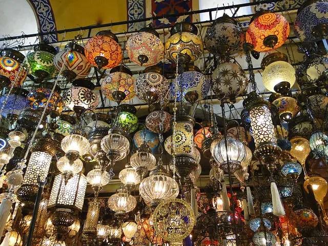 Orientalische Lampen hängen an einem Stand in der Türkei