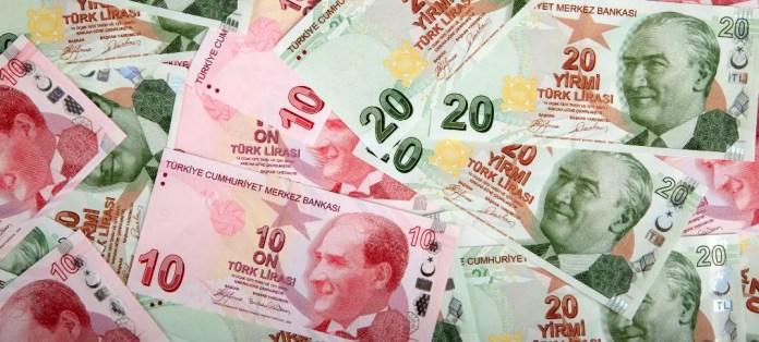 Viele Türkische Lira Scheine mit einem Wert von 10 und 20 Lira liegen aufeinander.