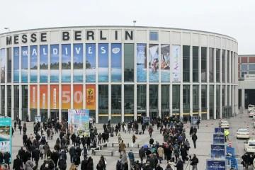 Hallen der ITB Berlin von der Straße aus gesehen.