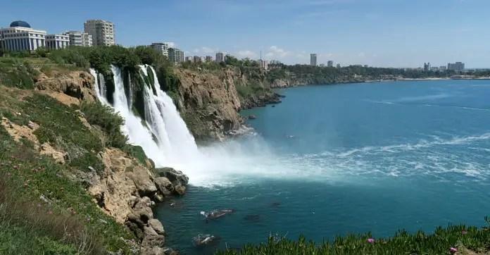 40 Meter hohe Klippen und das herabfallende Wasser des Düden Fluss. Aufgenommen von einem Park oberhalb der Klippen mit Blick aufs Meer hinunter