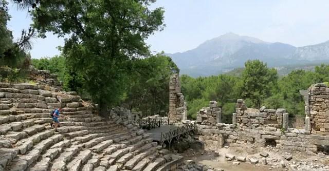 Blick von den oberen Rängen des Amphitheaters in Phaselis auf den Tahtali Dagi