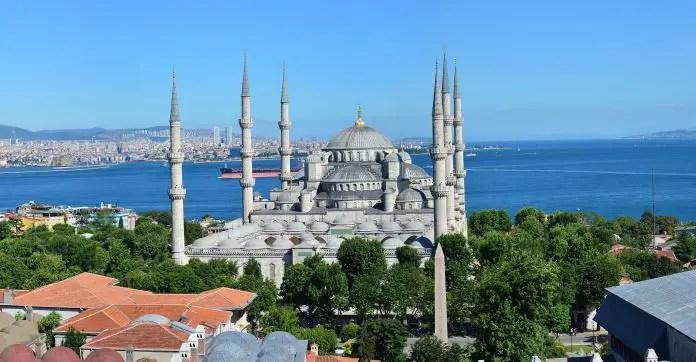 Blaue Moschee mit ihren sechs Minaretten und dem Marmarameer im Hintergrund.