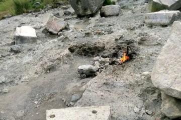 Einzelne aus dem Felsboden austretende Gasflamme des Gasfeld Yanartas Chimera