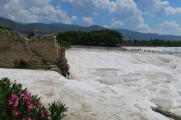 Die schneeweißen Kalksinterterrassen von Pamukkale mit einem Teil der Ruinen von Hierapolis.