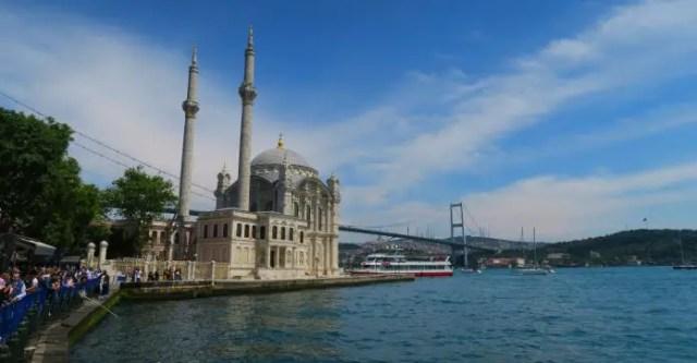 Blick auf die Ortaköy Moschee, den Bosporus und die erste Bosporusbrücke in Istanbul.