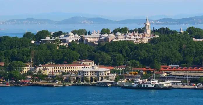 Topkapi Palast auf einem Hügel oberhalb des Goldenen Horns und des Bosporus. Er ist von einem Wald umgeben. Im Hintergrund ist das Marmarameer zu sehen.