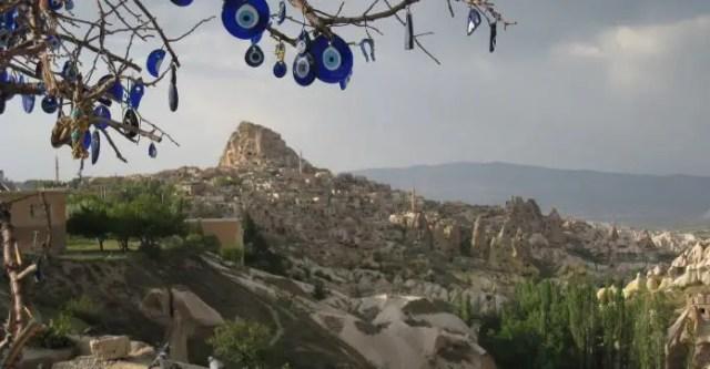 Festung Uchisar mit auf einem Baum hängenden Nazar Amuletten