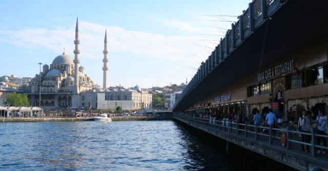 Die untere Seite der Zugbrücke über das Goldene Horn mit den Restaurants darunter und dem Blick auf die Yeni Moschee in Sultnahmet.
