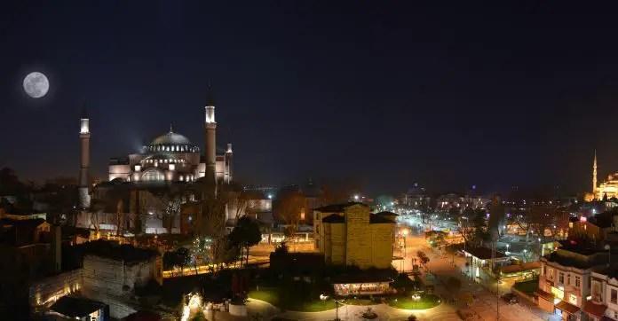 Mond über der Hagia Sophia von einer Dachterrasse aus aufgenommen. Am rechten Bildrand ist die Blaue Moschee zu sehen.