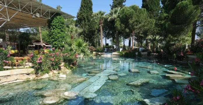 Das türkisblaue Thermalwasser im Kleopatra Pool, mit den darinliegenden Säulen von Gebäuden aus dem alten Hierapolis.