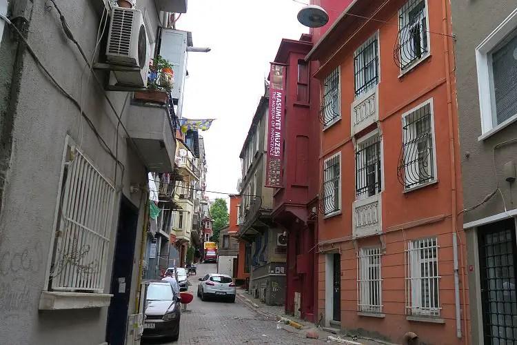 Ein rotes Haus mit der Aufschrift: Museum of Innocence