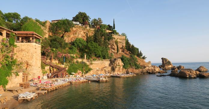 Kleiner Sandstrand: Eingeschlossen von den Hafenmauern, dem Hafen und den 40 Meter hohen Klippen von Antalya