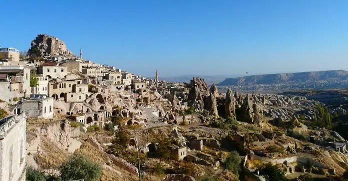 Die in den Fels gehauene Festung Uchisar mit in den Fels gehauenen Wohnungen und Gebäuden.
