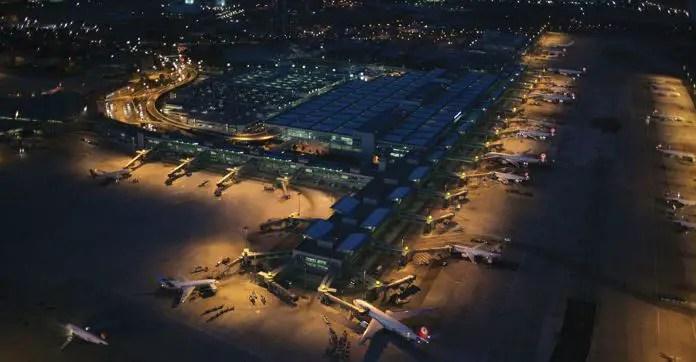In der Nacht aufgenommenes Lufbild des Flughafen Istanbul Atatürk mit dem Hauptterminal und den dort stehenden Flugzeugen.