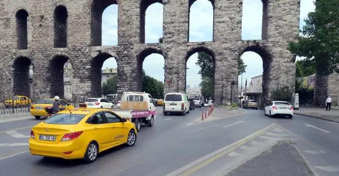 Gebles Taxi in Istanbul von hinten fotografiert.