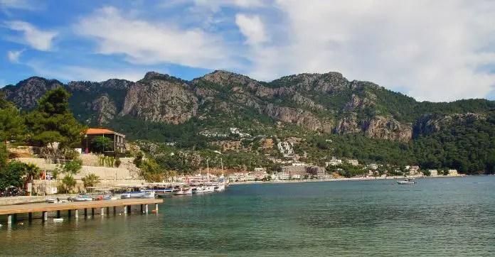 Ein Steg führt ins Türkisblaue Wasser einer Bucht in der Türkei.