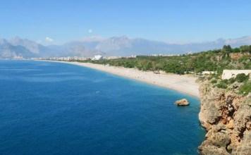 """Strand in Antalya. Im Bild ist die Frage """" Steckdose in der Türkeu und WLAN"""" in weißer Schrift enthalten."""