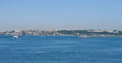Hagia Sophia, Blaue Moschee und Topkapi Palast aus einigen Kilometern Entfernung von einer Fähre auf dem Marmarameer aus gesehen.