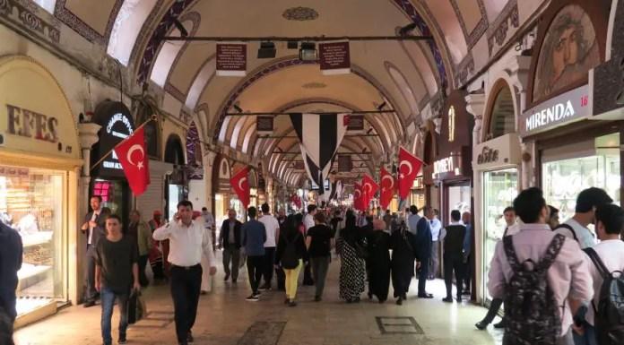 Die Hauptstraße des Großen Basar in Istanbul. Dutzende Menschen, Geschäfte und Waren.