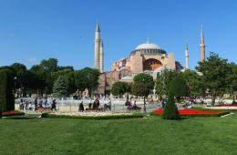 Das Hagia Sophia Museum in Istanbul. Aufgenommen vom Park davor.