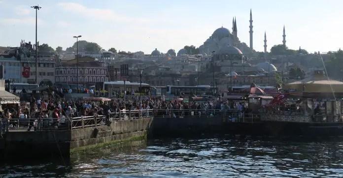 Süleymaniye Moschee Von Der Galatabrücke Aus Gesehen. Mit Dutzenden  Menschen An Den Fischständen Im Norden