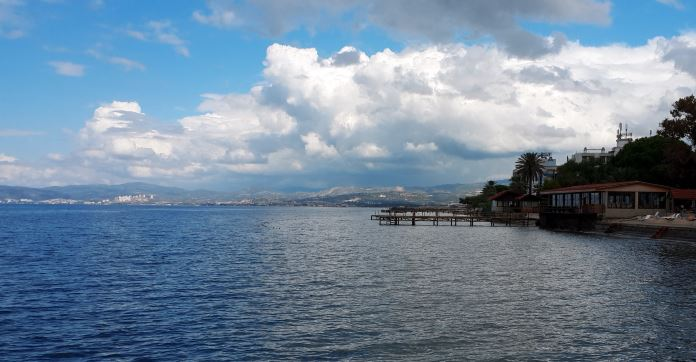 Blick von einem Steg auf den Strand und das Meer in Kusadasi.