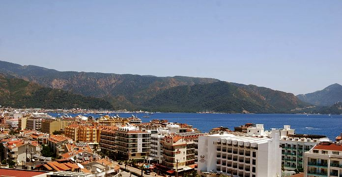 Innenstadt von Marmaris mit Blick auf die Bucht. Vom Dacht eines Hotels