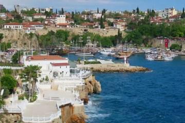 Der Hafen von Antalya als Symbolbild des Tourismus in der Türkei. Am Himmel sind aufziehende Wolken zu sehen.