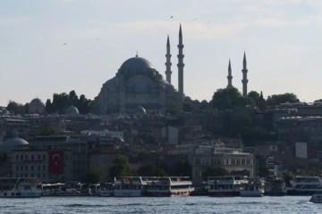 Eine der bliebtesten motive von Filmen aus Istanbul: Der Blick von der Galatabrücke auf die Süleymaniye Moschee