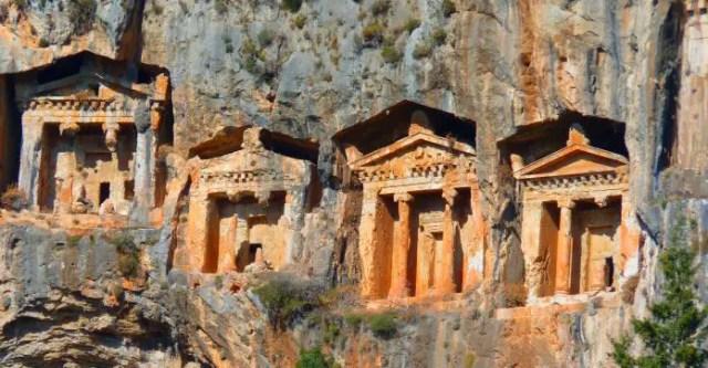 Die in die Felswand gehauene Felsengräber von Kaunos. Sie sind wie die Eingänge von griechischen Tempeln in den Stein gehauen worden.