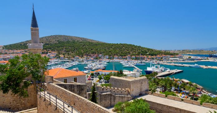 Blick von der Innenstadt von Cemse Richtung Hafen und auf das Meer hinaus.