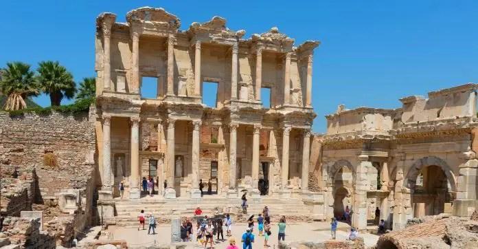 Die Fassade der aus Sandstein gebauten Celsus Bilbiothek in Kusadasi, Provinz Izmir.