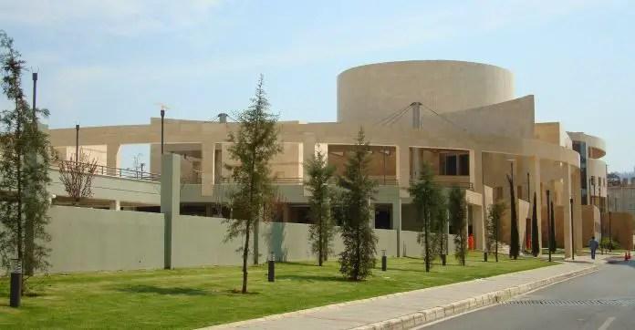 Die weiße Fassade des Museum: Ahmet Adnan Saygun Arts Center