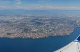 Blickk aus einem Flugzeugfenster am Flug nach Antalya, an der Südküste der Türkei.