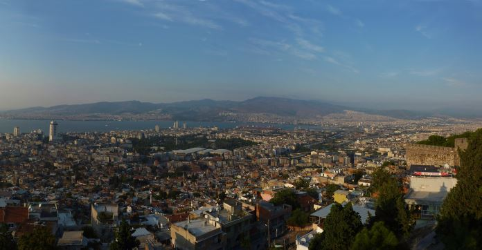 Die Bucht von Izmir mit der gesamten Innenstadt, gesehen von einem Hügel oberhalb der Stadt.