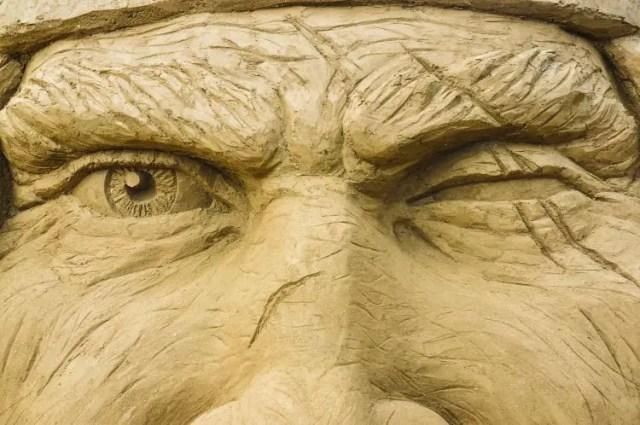 Nahaufnahme der Augen eines Sandskulptur im SANDLAND Antalya Festival. Die Augen und Pupillen der Skulptur sind genau zu erkennen.