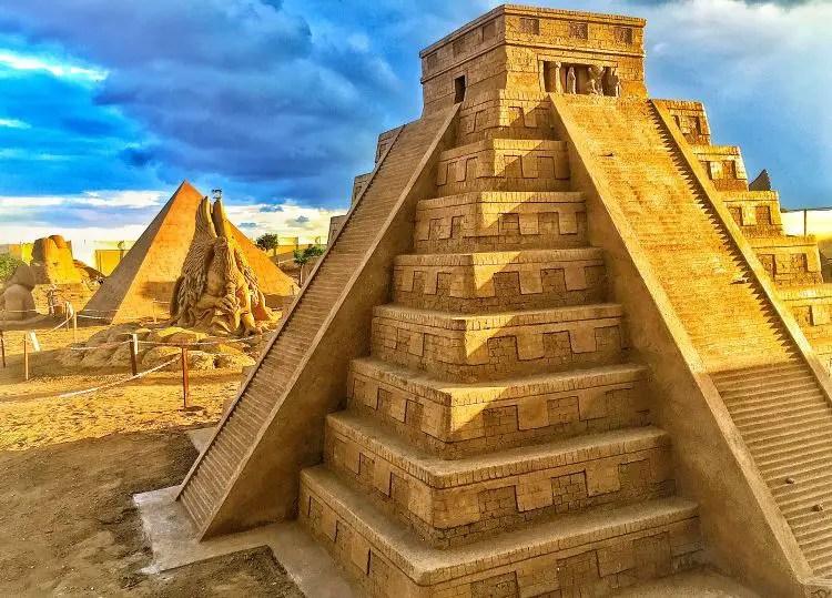 Sandskulpturen eines Inka Tempel und der Pyramiden. Sie sind in etwa 5 Meter hoch.