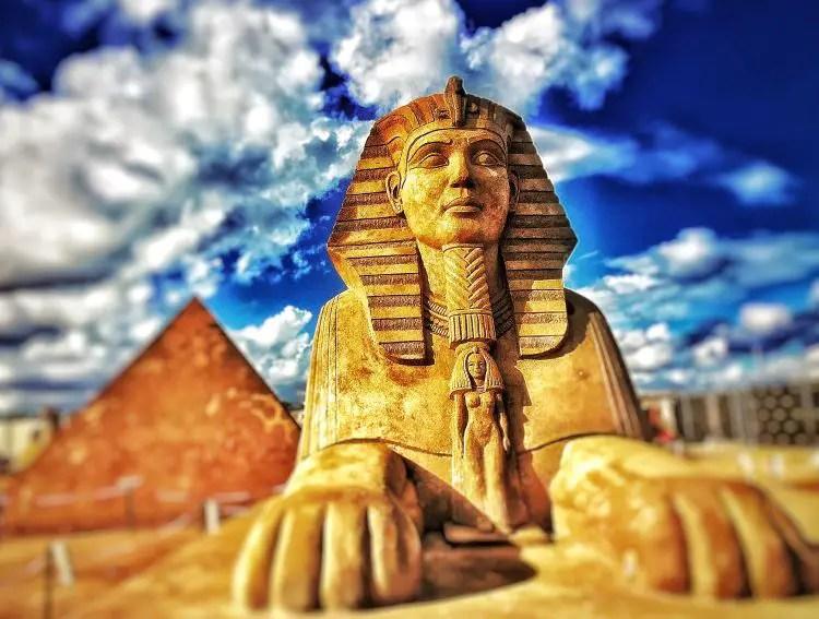 Eine Sandskulptur einer Sphinx und einer Pyramide.