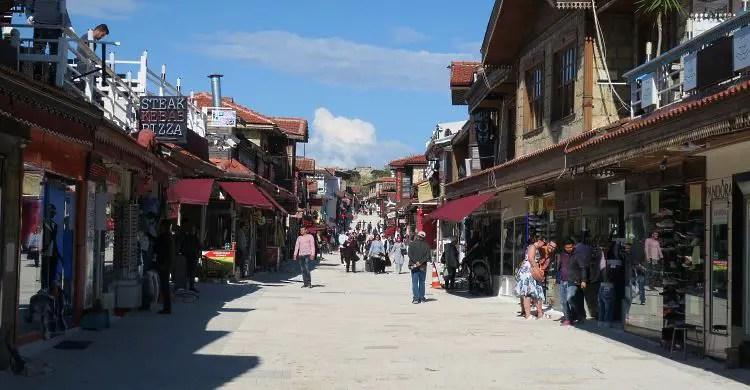 Die auf der linken und rechten Seite der Haupstraße liegenden Geschäfte in der Alstadt von Side.