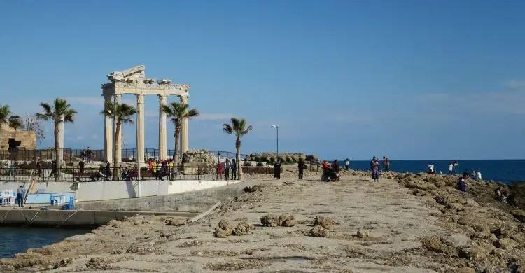 Die sechs Säulen des Apollon Tempels am Hafen von Side mit dem Meer Richtung Titreyengöl im Hintergrund.