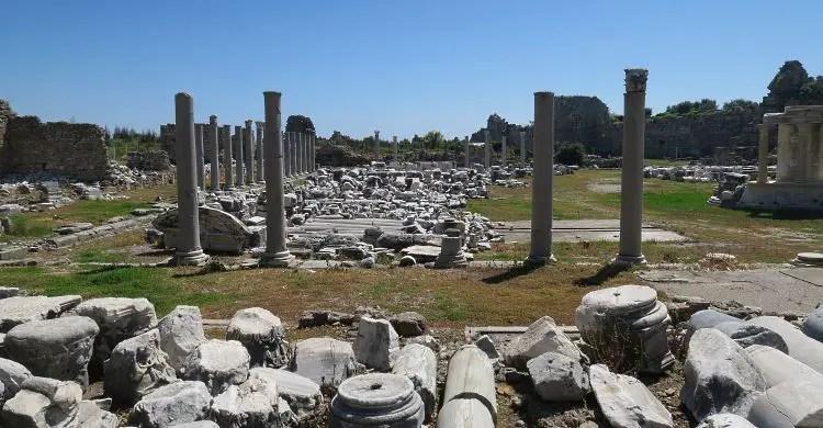 Die Ruinen innerhalb der Ausgrabungsstätte im heutigen Badeort Side. Es sind Säulen und Mauern aus der griechischen und römischen Zeit auf dem Bild zu sehen.