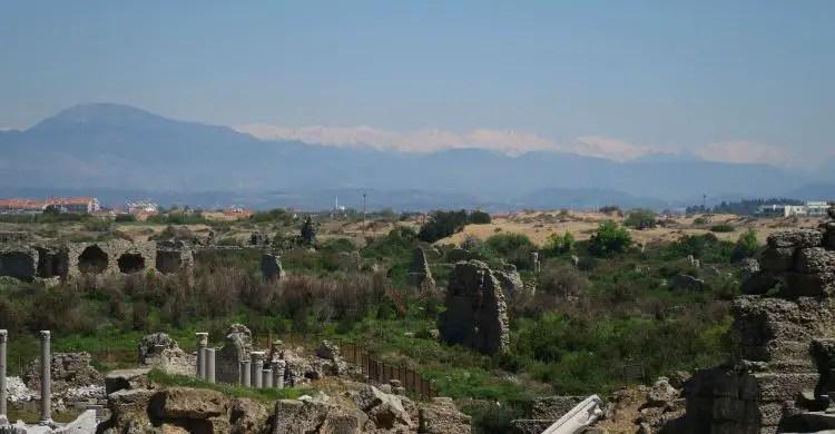 Der Ausblick vom Theater in Side auf die Ruinen der Hafenstadt und das dahinterliegende Taurusgebirge.