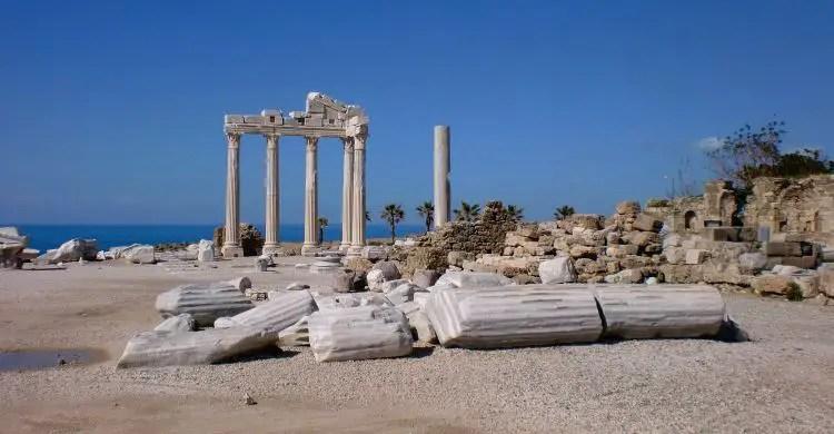 Der Apollon Tempel, dass 2000 Jahre alte Wahrzeichen für einen Urlaub in Side. Er besteht aus sechs wiederaufgerichteten, weißen Säulen. Sie stehen nur wenige Meter vom Meer entfernt.