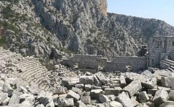 Das antike Theater von Termessos steht mit seinen 5.000 Sitzplätzen auf einem Berggipfel unterhalb des Berges Solymos.