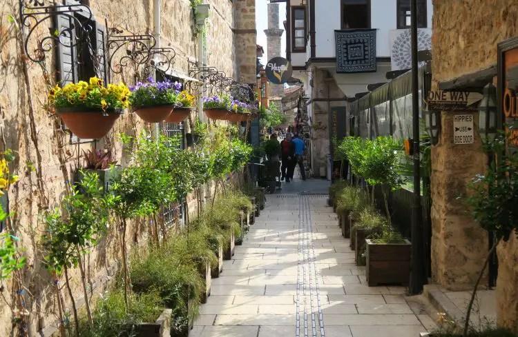 Die schmalen mit osmanischen Steinhäusern, Blumenbeeten und Topfplanzen umgebenen Gassen in Antalyas Alstadt Kaleici.