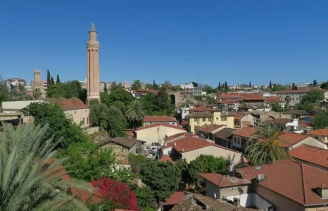 Das gerillte Minarett sticht oberhalb den roten Dächern in Antalyas Altstadt deutlich hervor.
