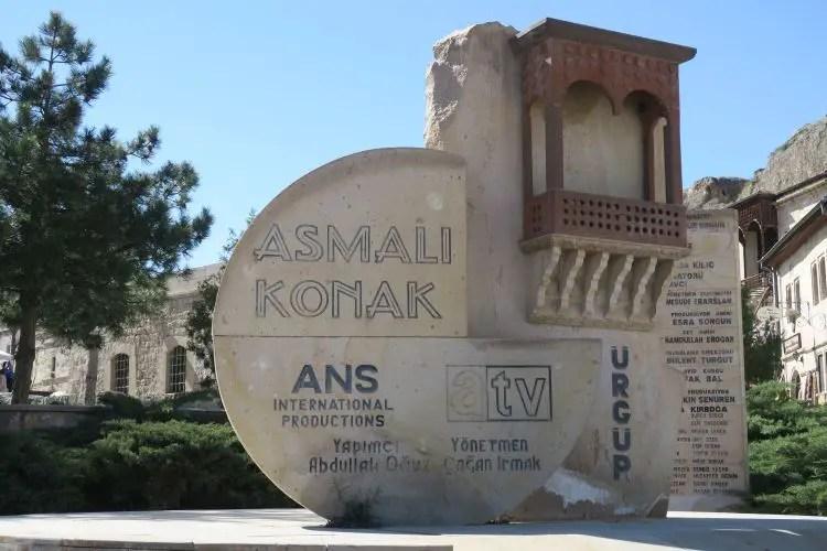 Ein Denkmal für die Fernsehserie Asmali Konyak in Ürgüp in Kappadokien.