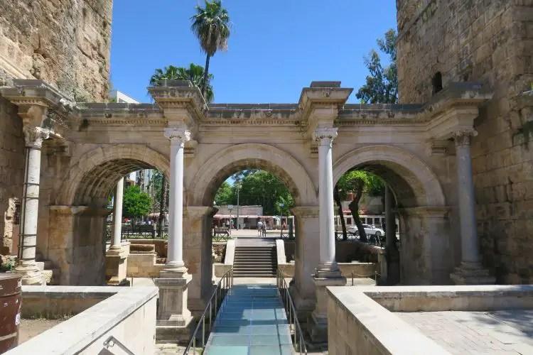Das 1.700 Jahre alte Hadrianstor in Antalyas Innenstadt Kaleici besteht aus drei marmornen Törbögen.
