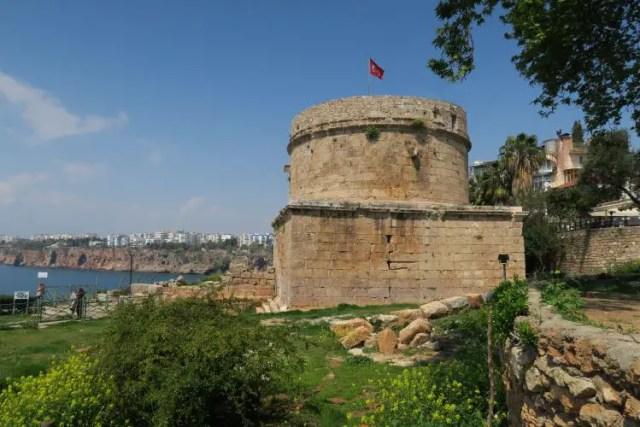 Der aus römischer Zeit stammende Hidirlikk Kulesi steht oberhalb des Yachthafens in Antalya.