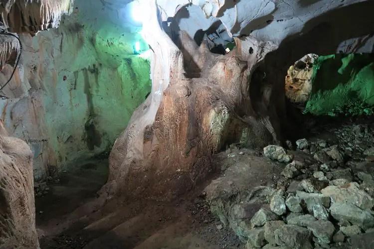 Eine Treppe mit grünlicher Beleuchtung in der Karain Höhle in Antalya.